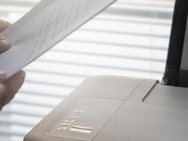 Kopierer und ein Blatt Papier